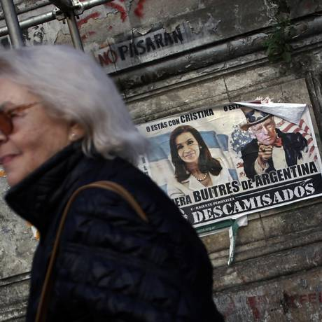 Poster mostra a presidente argentina, Cristina Kirchner, e o juiz do Tribunal de Justiça do Distrito Sul de Nova York, Thomas Griesa, em Buenos Aires Foto: Reuters/ 10-9-2014