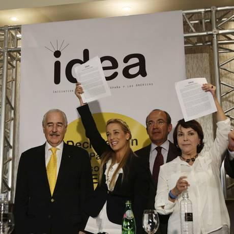 Mitzy Capriles e Lilian Tintori junto a ex-governantes durante a apresentação da