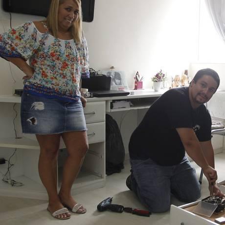 S.O.S: Cristiano Arruda conserta armário na casa de Márcia, na Barra Foto: Pedro Teixeira/ Agência O Globo