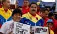 Presidente venezuelano, Nicolás Maduro (direita) ao lado do presidente boliviano Evo Morales, em ato de recolhimento de assinaturas contra a medida executiva de Barack Obama, em Caracas