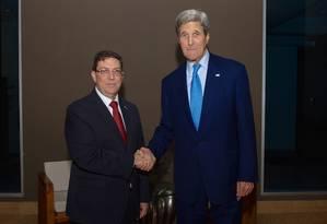 O ministro cubano das Relações Exteriores, Bruno Rodríguez, cumprimenta o secretário de Estado americano, John Kerry, após a reunião bilateral Foto: Glen Johnson / Departamento de Estado dos EUA