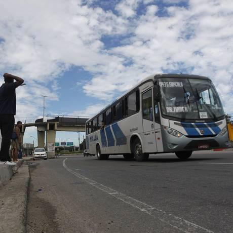 Passageiros esperam ônibus no ponto em frente ao supermercado Assaí, na Avenida do Contorno: local é um dos mais visados por bandidos, que durante o dia atacam pedestres e, à noite, assaltam motoristas de ônibus Foto: Pedro Teixeira / Agência O Globo