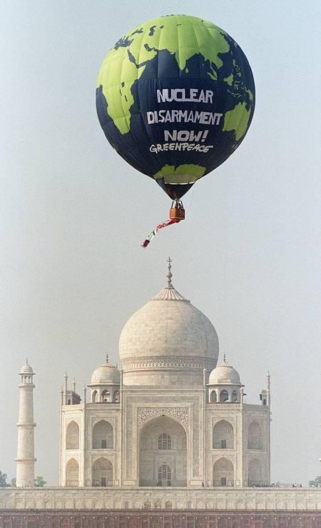 Protesto feito pela ONG diante do Taj Mahal no ano de 1998 Foto: John Macdougall / AFP