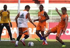 Marlone tenta roubar a bola durante o treino do Flu. Ele pode ser escalado como titular no clássico Foto: Divulgação/Fluminense