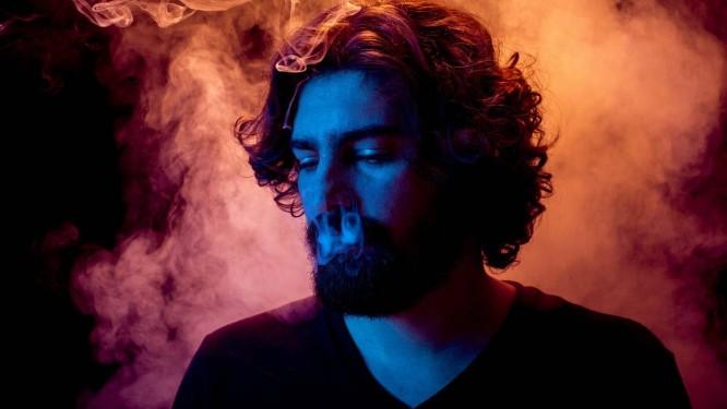 Qinho e a fumaça. 'Todas as músicas falam da complexidade do encontro, tem o sim e o não ', explica o compositor Foto: Fernando Young / Divulgação