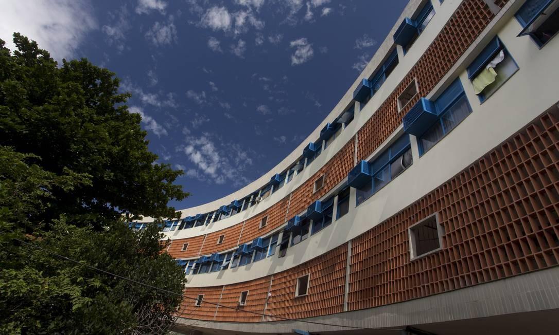 Os cobogós e brises-soleil (quebra-sol) foram restaurados e os pisos e azulejos trocados Foto: Márcia Foletto / O Globo