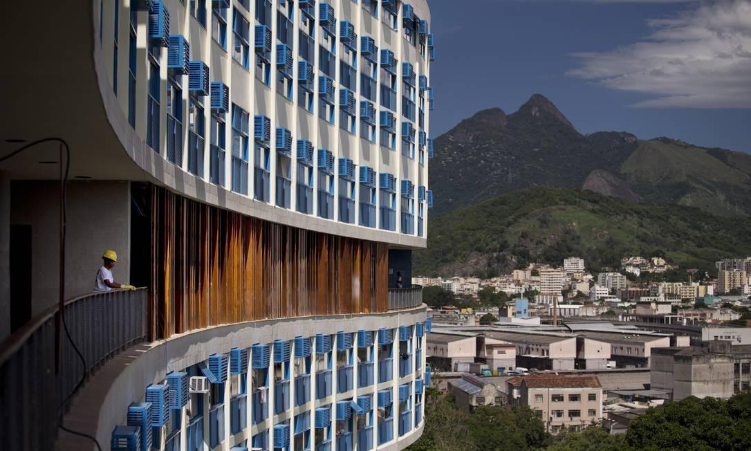As janelas, que originalmente eram de madeira e há muito já estavam destruídas, foram substituídas por aluminío e pintadas de azul Foto: Márcia Foletto / O Globo
