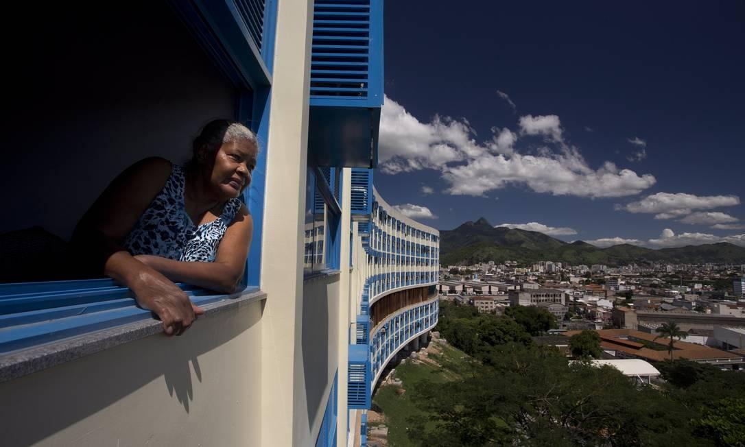 Maria da Conceição, uma das moradoras do Pedregulho, observa a vista do prédio Foto: Márcia Foletto / O Globo