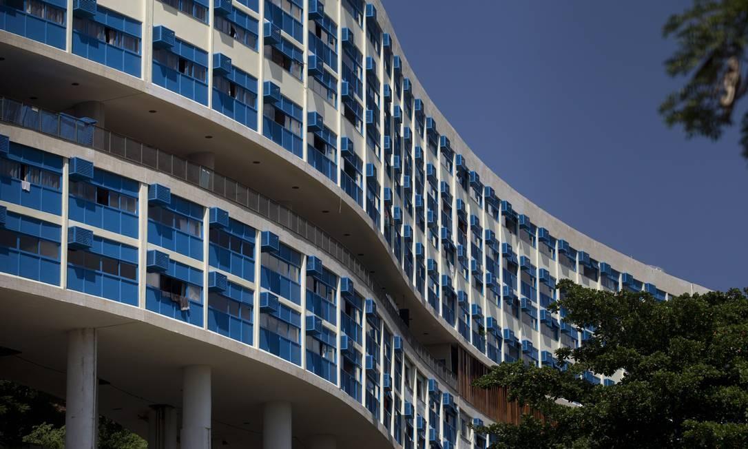 O maior desafio, no entanto, foi convencer os moradores sobre a importância do trabalho e também sobre a necessidade de intervenções dentro dos 272 apartamentos de até quatro quartos do bloco A, o principal do cojunto Foto: Márcia Foletto / O Globo