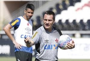 Doriva orienta o time do Vasco em treino em São Januário Foto: Marcelo Sadio/Vasco