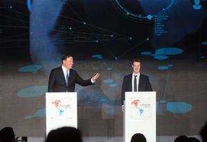 Presidente do Panamá, Juan Carlos Varela (à esq.), e o fundador do Facebook, Mark Zuckerberg, participam de Fórum Empresarial na ocasião da VII Cúpula das Américas na Cidade do Panamá Foto: STR / .AFP