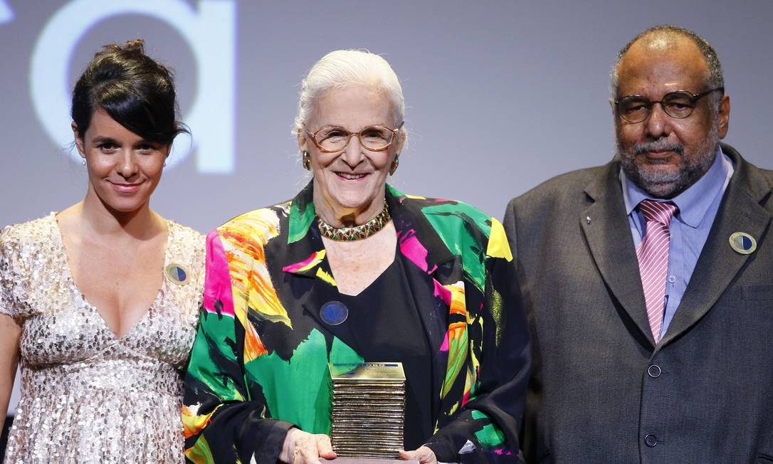 Barbara Heliodora foi homenageada com o Prêmio Faz Diferença do jornal O Globo em 2014. Ela recebeu o prêmio das mãos de Maria Fortuna e Jorge Bastos Moreno Marcelo Carnaval / Agência O Globo