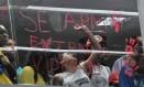 João Pessoa (PB), 10/04/2015, Eduardo Cunha / Protesto - O presidente da Câmara, Eduardo Cunha, foi alvo de protestos na manhã desta sexta-feira, na Assembleia Legislativa da Paraíba, em João Pessoa. Manifestantes de movimentos sindicais e LGBT invadiram o local durante a visita de Cunha, romperam as barreiras e entraram nas galerias do plenário. Uma porta de vidro foi quebrada. Foto: Assuero Lima / Correio da Paraíba / Agência O Globo Foto: Assuero Lima / Correio da Paraíba / Agência O Globo / Agência O Globo