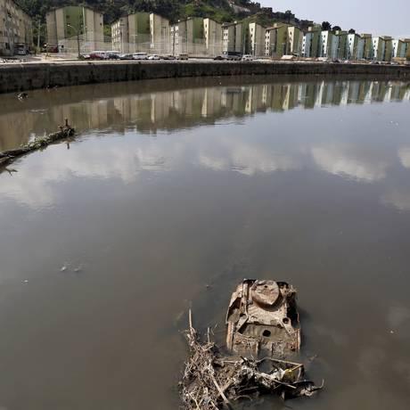 Lixo. Rio Acari continua assoreado, apesar da limpeza feita em 2014 Foto: Agência O Globo / Hudson Pontes
