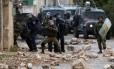 Forças de segurança israelenses disparam contra manifestantes palestinos durante confrontos após ato contra a expropriação de terras palestinas no vilarejo de Kfar Qaddum, próximo a Nablus, na Cisjordânia ocupada