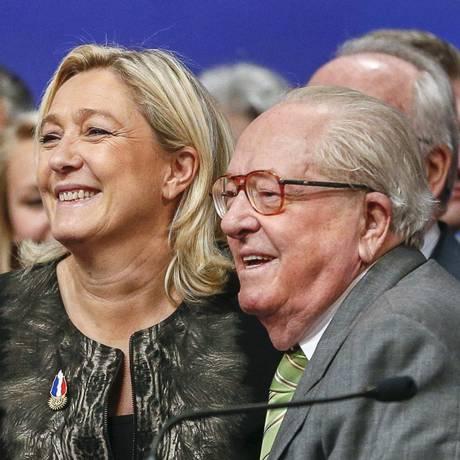 Marine Le Pen, presidente do partido de extrema-direita francês, a Frente Nacional (FN) e seu pai, Jean-Marie Le Pen, durante congresso em Lyon, na França. Foto: REUTERS/30-11-2014