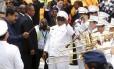 O presidente da Venezuela, Nicolas Maduro, rege uma banda na chegada à Cidade do Panamá para a Cúpula das Américas