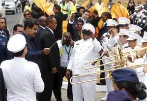 O presidente da Venezuela, Nicolas Maduro, rege uma banda na chegada à Cidade do Panamá para a Cúpula das Américas Foto: EDGARD GARRIDO / REUTERS