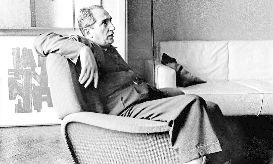 Mário Pedrosa em seu apartamento no rio, em 1959 Foto: Divulgação/Luciano Martins