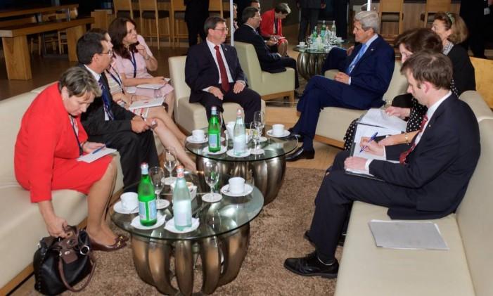 O secretário de Estado americano, John Kerry, se reúne com o chanceler cubano, Bruno Rodríguez, no primeiro encontro de alto escalão entre os dois países em décadas Foto: - / AFP