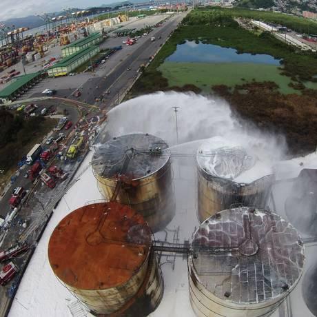 Corpo de Bombeiros usou espuma especial para conter chamas do incêndio nos tanques da empresa Ultracargo, em Santos Foto: Diego Lameiro / Corpo de Bombeiros da PMESP