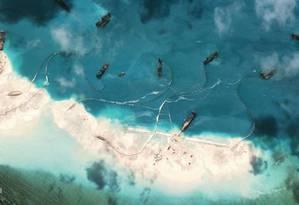 Imagem aérea tomada pelos Estados Unidos de barcos chineses em um arrecife da ilha Spratly. Foto: CSIS/AMTI