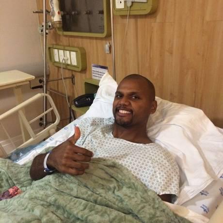 Jefferson faz sinal de positivo no hospital Foto: Divulgação