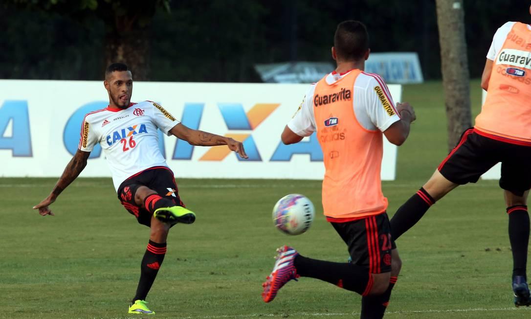 Paulinho chuta a bola no treino desta sexta-feira Cezar Loureiro / Agência O Globo