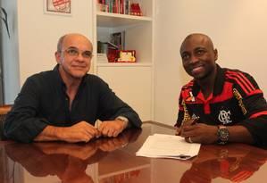 Armero assina o contrato ao lado do presidente rubro-negro, Eduardo Bandeira de Mello Foto: Divulgação