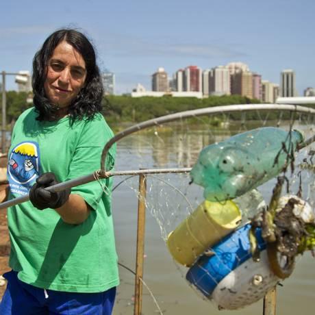 Ex pescadora, Dona Zilda trabalha há 14 anos como catadora de lixo nas lagoas das Barra da Tijuca Foto: Guilherme Leporace / Agência O Globo