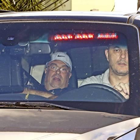 O ex-deputado André Vargas (de boné) chega à sede da Polícia Federal, em Curitiba Foto: Albari Rosa/Gazeta do Povo/Folhapress / Albari Rosa/Gazeta do Povo/Folhapress 10/04/2015