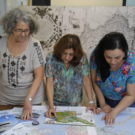 As professoras Marli Cigagna, Angelica di Maio e Juliana Menezes preparam as questões da Olimpíada Brasileira de Cartografia Foto: Felipe Hanower / Agência O Globo