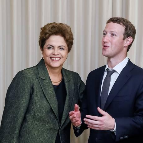 Dilma e Zuckeberg, na Cidade do Panamá: inclusão digital Foto: ROBERTO STUCKERT FILHO / AFP