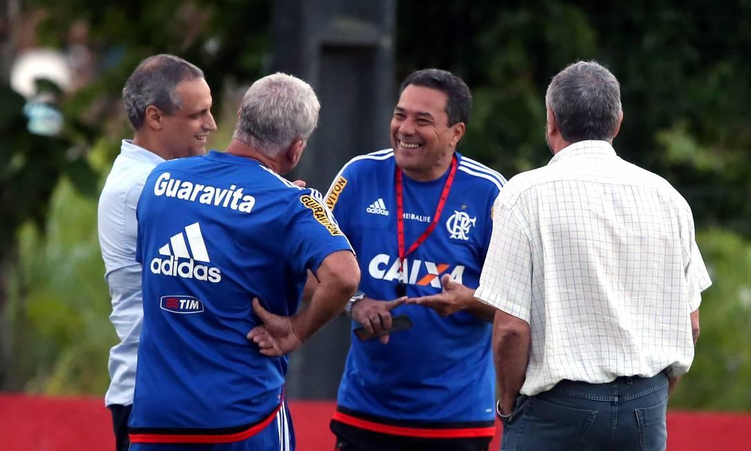 O técnico do Flamengo, Vanderlei Luxemburgo, conversa com a comissão técnica Cezar Loureiro / Agência O Globo
