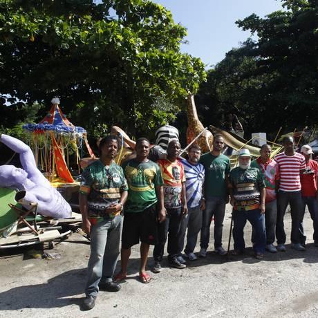 Membros de escolas de samba foram até o local avaliar o prejuízo causado Foto: Eduardo Naddar / Agência O Globo