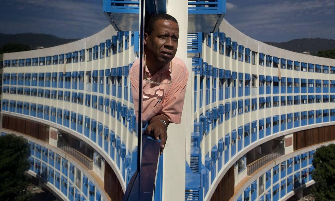 O presidente da associacção de moradores do Pedregulho, Hamilton Ildefonso Marinho, posa na janela de um dos apartamentos do edifício, que está sendo reformado Foto: Márcia Foletto / Agência O Globo