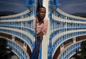 O presidente da associacção de moradores do Pedregulho, Hamilton Ildefonso Marinho, posa na janela de um dos apartamentos do edif´cio, que está sendo reformado Foto: Márcia Foletto / Agência O Globo