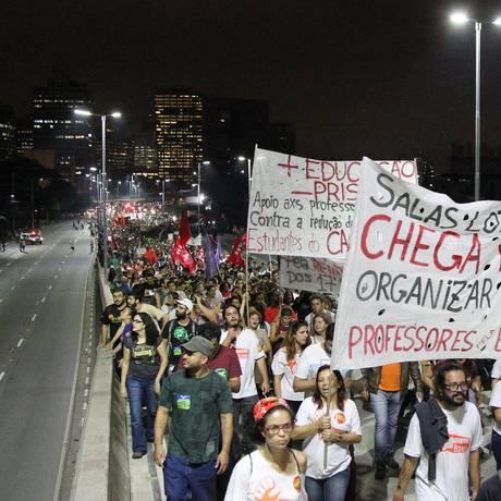 Manifestação de professores em greve interdita pistas da Marginal Pinheiros Foto: Michel Filho / Agência O Globo