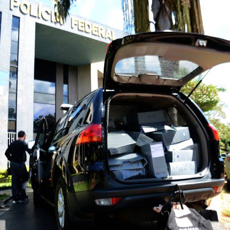 A Polícia Federal aprendeu documentos do Ministério da Saúde e da Caixa Econômica Federal na manhã desta sexta-feira Foto: Ricardo Botelho/Brazil Photo Press