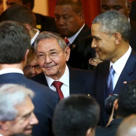 Barack Obama (direita) e Raúl Castro antes da abertura da VII Cúpula das Américas na Cidade do Panamá Foto: HANDOUT / REUTERS
