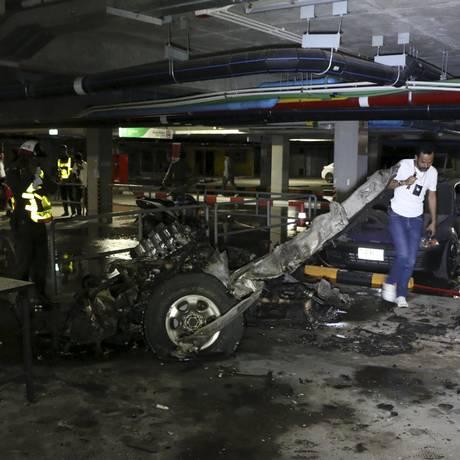 Policiais fazem perícia no estacionamente onde houve a explosão do carro-bomba, em Koh Samui, na Tailândia Foto: DAILYNEWS / REUTERS