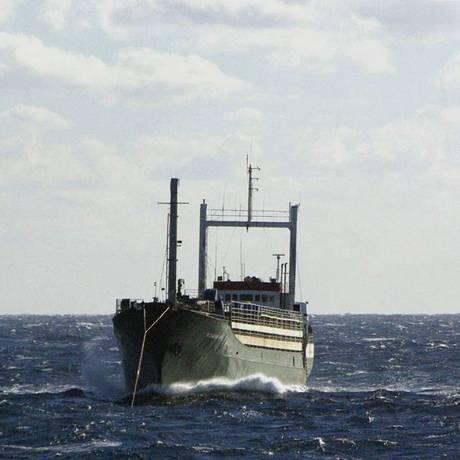 Em 2 de janeiro de 2015, barco da Serra Leoa, transportando centenas de imigrantes, é rebocado por navio islandês em mar revolto ao longo da costa sul da Itália Foto: HANDOUT / Reuters