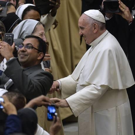 Papa Francisco aperta a mão de membros do Institutos de Vida Consagrada e da Sociedade de Vida Apostólica no final de um encontro, no Vaticano Foto: ANDREAS SOLARO / AFP