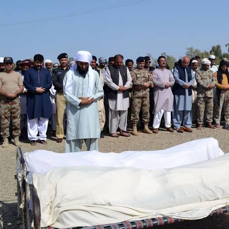 Autoridades participam do funeral dos operários mortos na província do Baluquistão Foto: PID / AFP