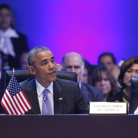 Obama ao lado da diplomata Susan Rice, do Conselho de Segurança Nacional na primeira sessão plenária da Cúpula das Américas, no Panamá Foto: JONATHAN ERNST / REUTERS