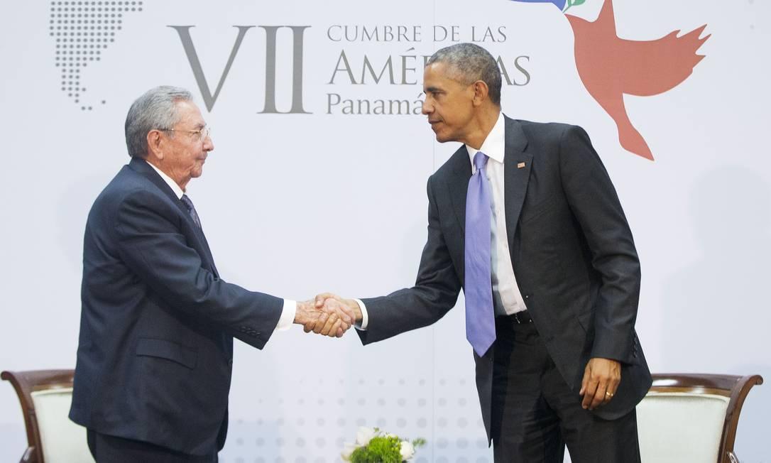 Obama e Castro apertam as mãos em primeiro encontro em 56 anos Foto: Pablo Martinez Monsivais / AP