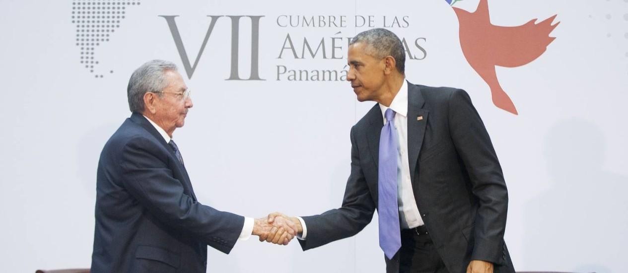Obama e Castro apertam as mãos em encontro histórico na Cúpula das Américas Foto: Pablo Martinez Monsivais / AP