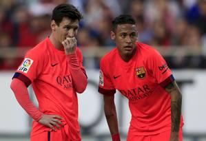 Messi e Neymar conversam e combinam jogada no empate do Barcelona com o Sevilla, fora de casa Foto: Marcelo del Pozo / REUTERS