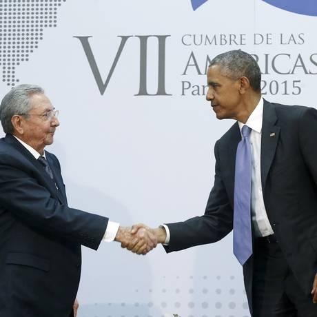 Em um gesto histórico Castro e Obama apertam as mãos durante encontro oficial na Cúpula das Américas, no Panamá, o primeiro em 56 anos Foto: JONATHAN ERNST / REUTERS