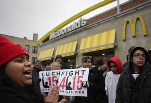 """Funcionários do McDonald's e ativistas participam de manifestação por salários mais altos em Chicago Foto: Joshua Lott/""""The New York Times""""/29-3-2015"""